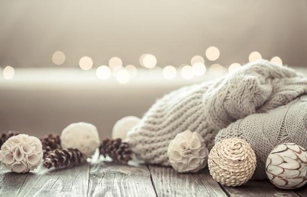 Accogliente sfondo di natale su uno sfondo di legno con oggetti di decorazioni natalizie.