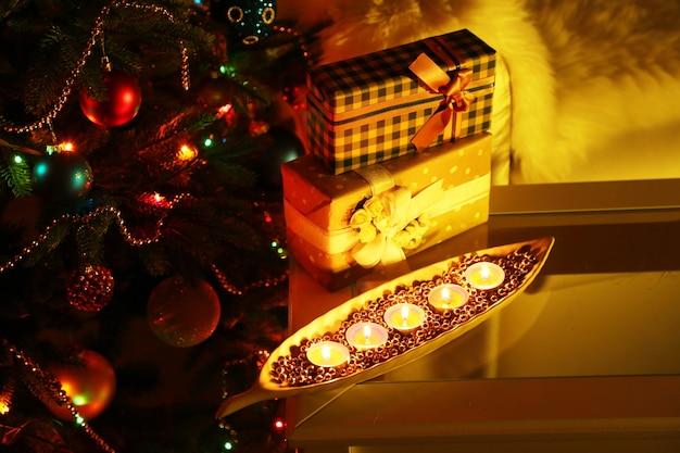 飾られたクリスマスツリーの背景に居心地の良いクリスマスの構成