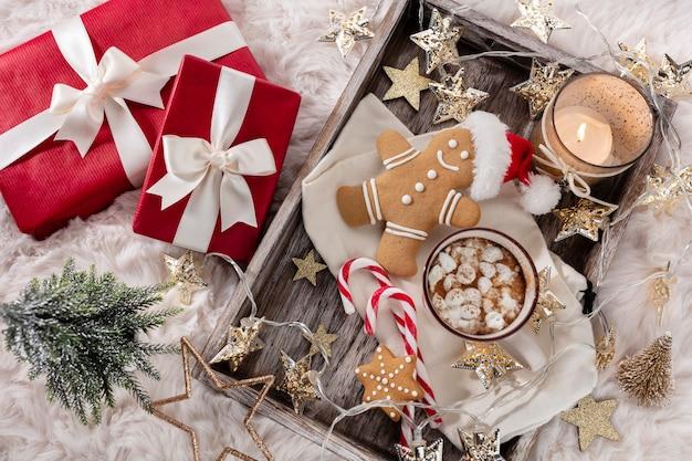 Уютная новогодняя композиция с чашкой и печеньем. горячий шоколад с зефиром.
