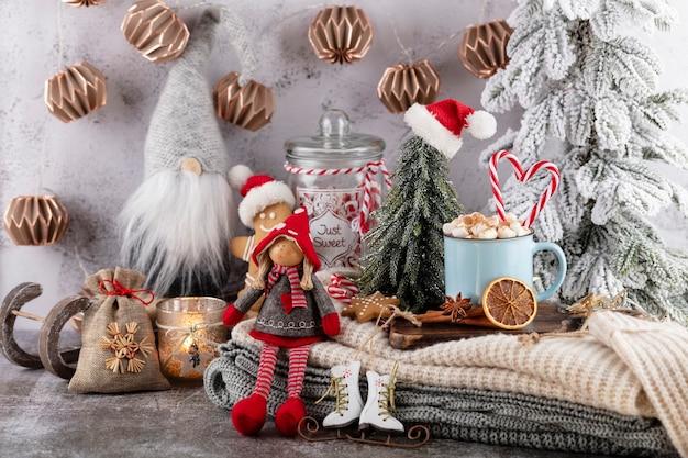 カップとクッキーで居心地の良いクリスマスの構成。マシュマロ入りホットチョコレート。