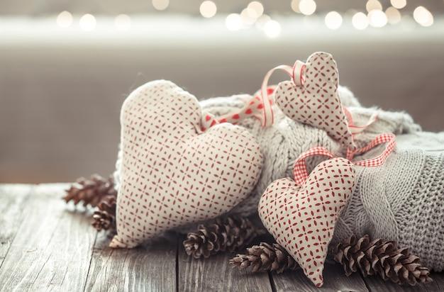 나무 테이블에 아늑한 크리스마스 장식