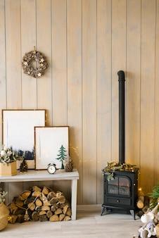 Уютный рождественский интерьер гостиной. деревенский дизайн дома для теплого внутреннего пространства. современный декор гостиной коттеджа с деревянными стенами и мебелью. скандинавский стиль.