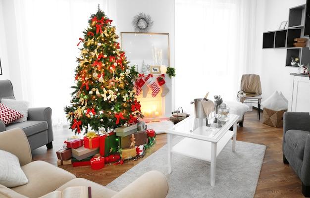 美しいモミの木のあるリビングルームの居心地の良いクリスマスインテリア