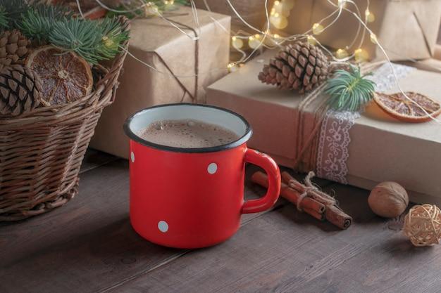 居心地の良いクリスマスムード。クリスマスの装飾が施されたココアと赤いマグカップ