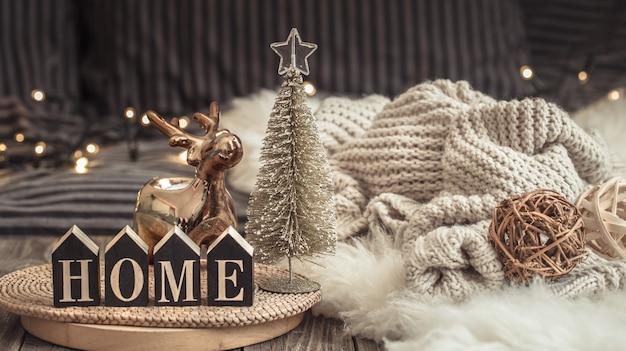 木製のテーブルの上で家庭的な雰囲気の中で居心地の良いクリスマスの静物。
