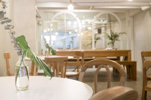 Уютная кофейня с деревянной мебелью