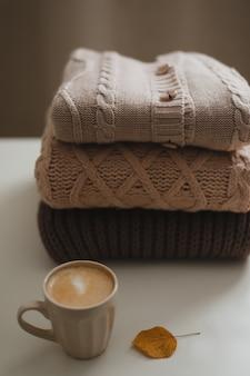 居心地の良い快適な秋の家庭的な雰囲気とカップとセーターのある静物