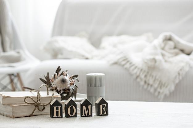 Una composizione accogliente con dettagli dell'arredamento interno e la parola decorativa casa.