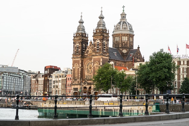 Уютные дворики амстердама, скамейки, велосипеды, цветы в кадках. улицы амстердама