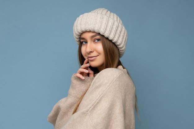 魅力的な魅力的な魅力的なかなり幸せな若いダーク ブロンドの女性の居心地の良いかわいいショット