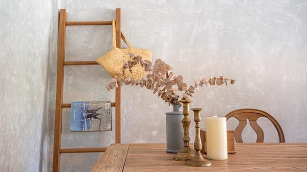 居心地の良いダイニングテーブルと木製の階段