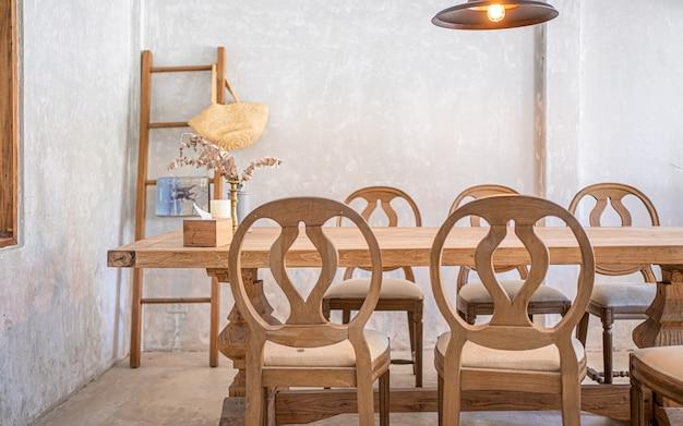 아늑한 식당 나무 테이블과 의자