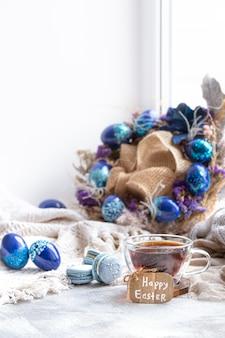 Уютная пасха, весенний натюрморт. завтрак с чаем и десертным миндальным печеньем