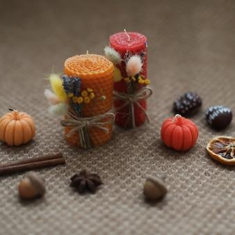 暖かい背景にキャンドルで居心地の良い秋の構成と秋の家の装飾