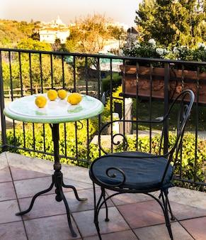 정원이 내려다 보이는 발코니 또는 테라스의 아늑한 단조 가구. 휴식 장소