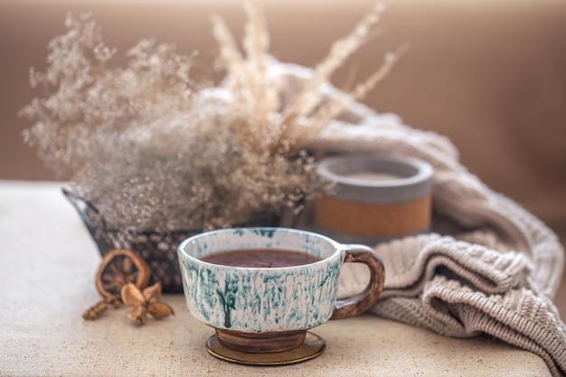 テーブルの上に美しいセラミックのお茶を入れた居心地の良い家の構図。インテリアの装飾品。