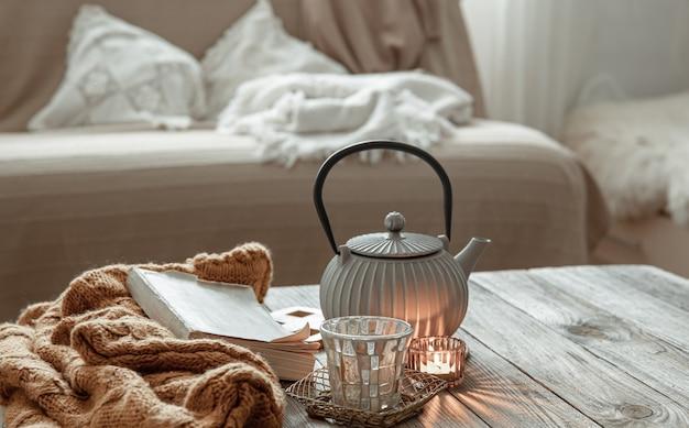 部屋のインテリアにティーポットと装飾の詳細を備えた居心地の良い家の構成