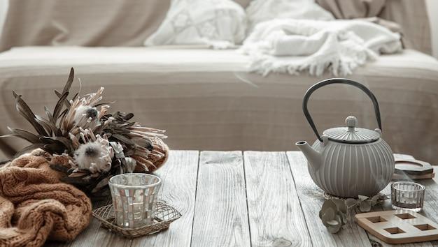 部屋のインテリアにティーポットと装飾のディテールを備えた居心地の良い家の構成。 Premium写真