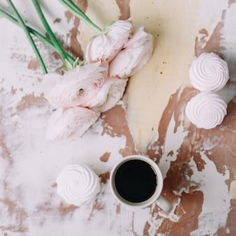 Уютный домашний декор с книжными цветами и чашкой кофе в утреннем свете