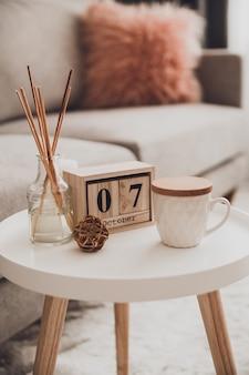 一杯のお茶とインテリアの居心地の良い家の装飾