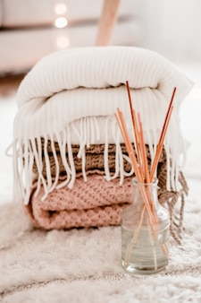 Уютные украшения для дома в интерьере с помощью вязания