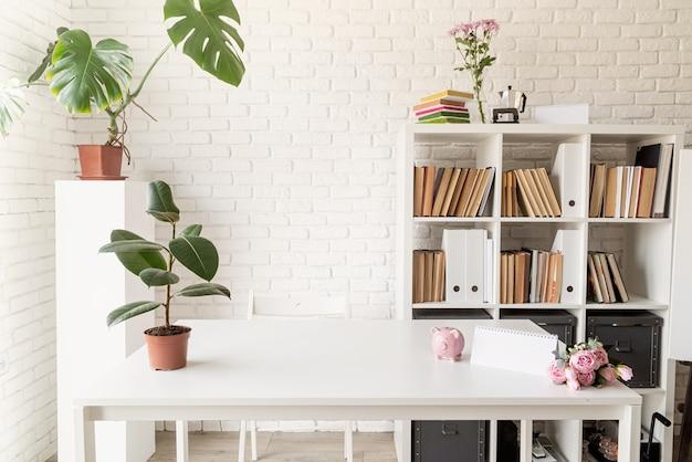 居心地の良い家のインテリア。スタイリッシュな室内、本棚、ワークスペース