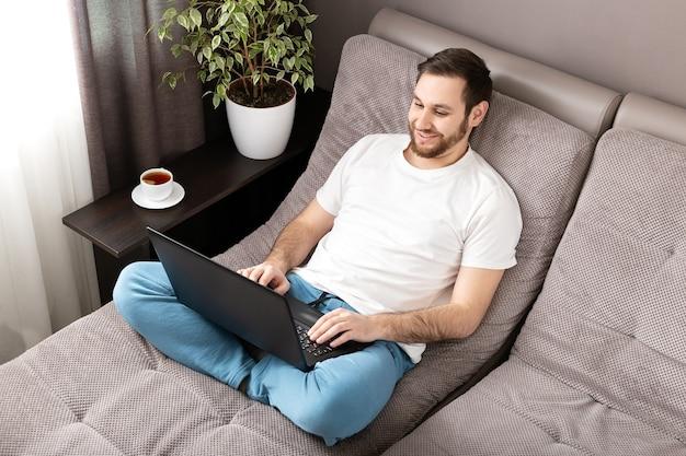 Уютный домашний офис, рабочее место на диване во время пандемии коронавируса