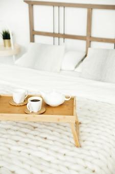 집에서 아늑한 홈스테이 침대에서 스칸디나비아 스타일의 아침 식사