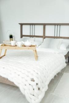 Уютный домашний отдых дома в скандинавском стиле завтрак в постели