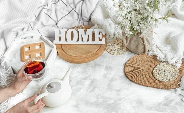 Уютный домашний натюрморт с чашкой чая и чайником.