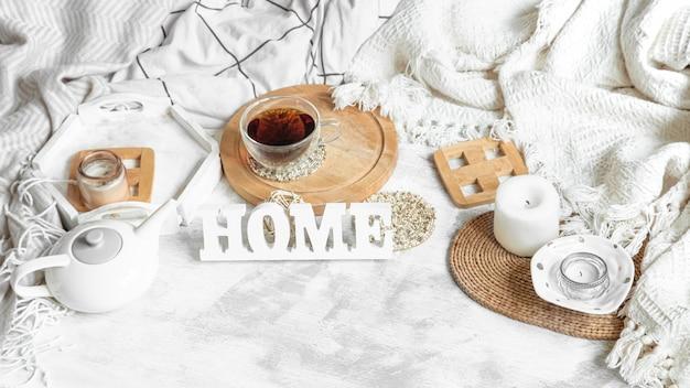お茶とティーポットのある居心地の良い家の静物。