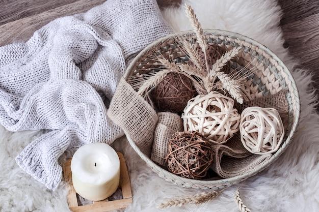 Accogliente casa ancora in vita con cesto di vimini con decorazioni.