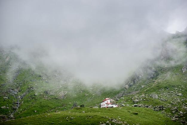 丘の上の居心地の良い家