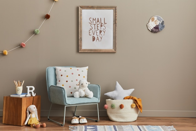 Уютный интерьер детской комнаты с мятным креслом, коричневой рамкой, игрушками, плюшевым мишкой, плюшевым зверьком, декором и висящими разноцветными шариками из хлопка. бежевая стена. теплое детское пространство. шаблон.