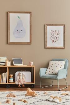 ミントアームチェア、茶色のポスターフレーム、おもちゃ、テディベア、ぬいぐるみ、装飾、ぶら下がっている綿のカラフルなボールを備えた子供部屋の居心地の良いインテリア。ベージュの壁。暖かい子供スペース。