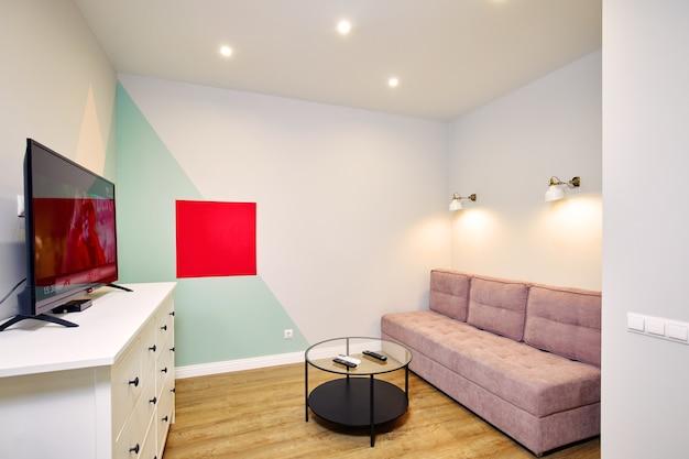 ソファとテレビ付きのリビングルームの居心地の良いインテリア