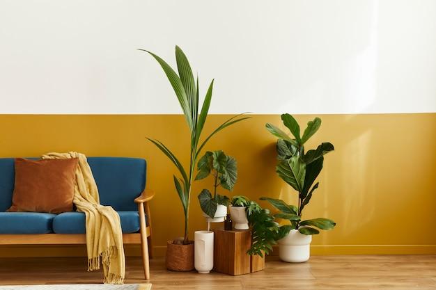 スタイリッシュなベルベットのソファ、木の立方体、カーペット、装飾、コピー スペース、植物、エレガントなパーソナル アクセサリーの居心地の良いインテリア。クラシックな家のモダンなリビング ルーム..