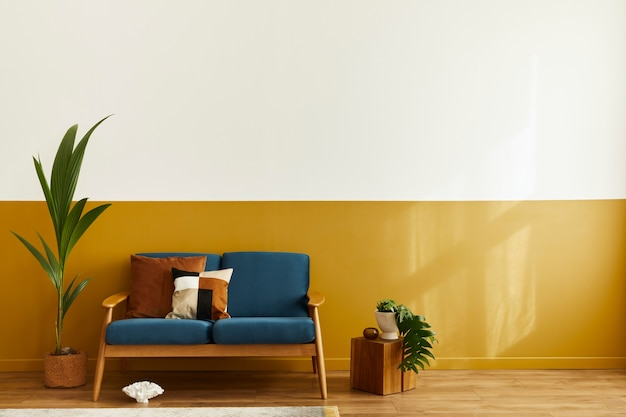 Уютный интерьер со стильным бархатным диваном, деревянным кубом, ковром, декором, копией пространства, подушкой и элегантными личными аксессуарами. современная гостиная в классическом доме.
