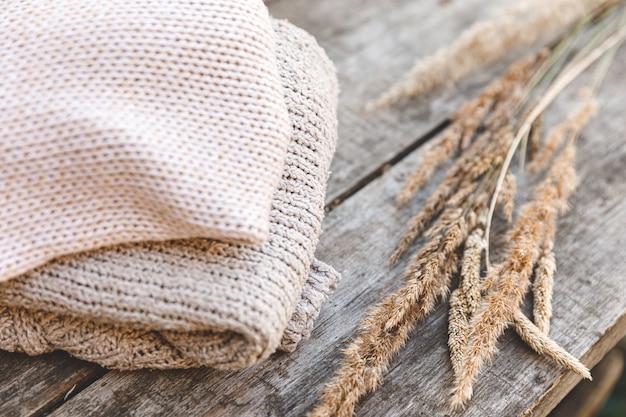 Уютные вязаные свитера из шерсти и сушеные растения