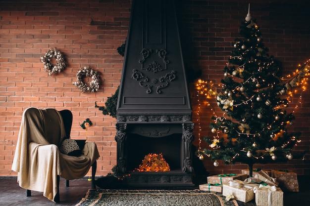 Уютная гостиная с камином и елкой