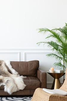 Accogliente camera moderna in stile industriale con plaid in pelliccia di animali e poltrona in rattan