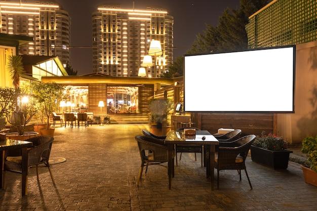 レストランの居心地の良いモダンなインテリア、白いプロジェクタースクリーン付きの茶屋