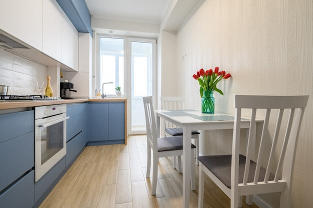 Уютный современный интерьер кухни с выдвинутыми ящиками