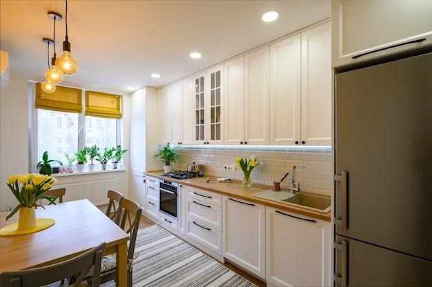 Уютный современный интерьер кухни