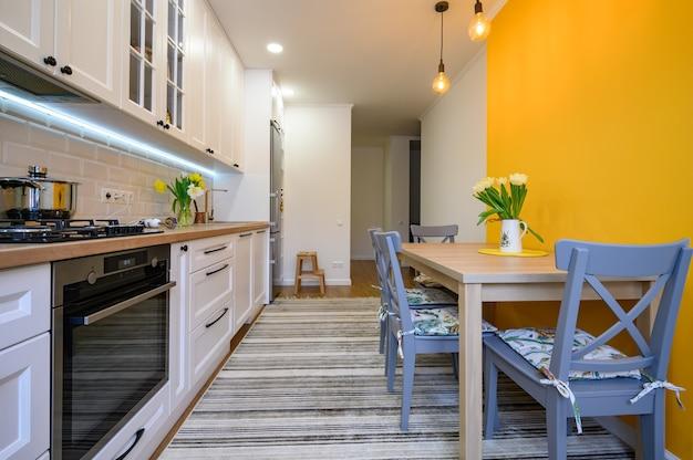 Уютный современный интерьер кухни с продуманным дизайном
