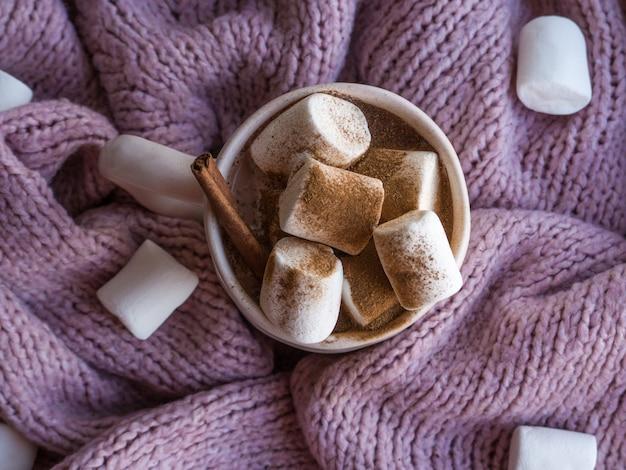Уютное настроение lifestile, концепция натюрморта. кружка ароматного какао