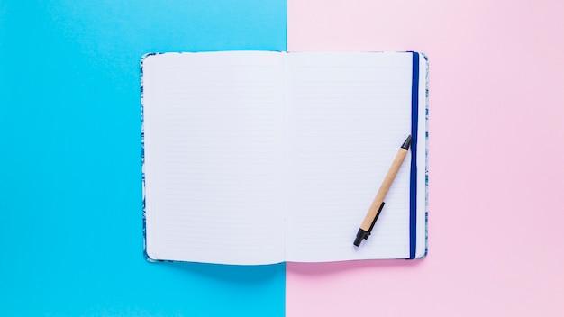 Accogliente libro di giorno aperto con penna