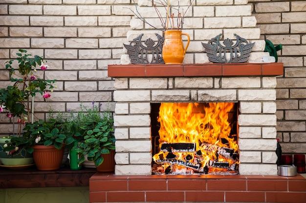 パティオの居心地の良い屋外暖炉