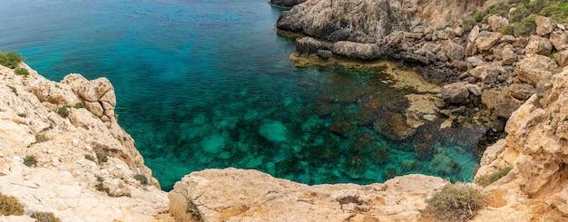 地中海沿岸の居心地の良い絵のように美しい湾