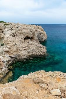 地中海の海岸にある居心地の良い美しい湾